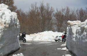 Снежные сугробы на Ловчене