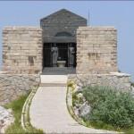 Перед входом в мавзолей стоят две величественные статуи женщин черногорок