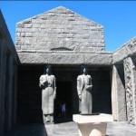 Перев входом в мавзолей Негоша. Статуи женщин черногорок.